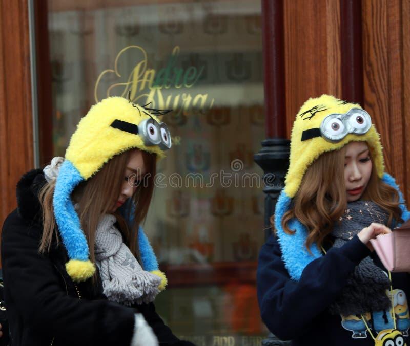 Japanisches Mädchen in der Günstlingshaube bei Universal Studios Japan Günstlinge sind die zahlreichen fiktiven Geschöpfe lizenzfreie stockfotografie