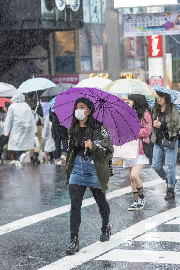 Japanisches Mädchen mit purpurrotem Regenschirm Tokyo lizenzfreies stockfoto