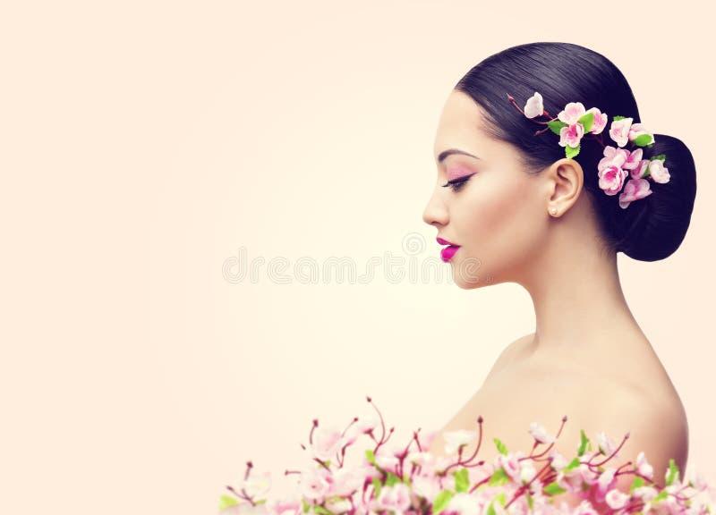 Japanisches Mädchen und Blumen, Asiatin-Schönheits-Make-upprofil lizenzfreies stockbild