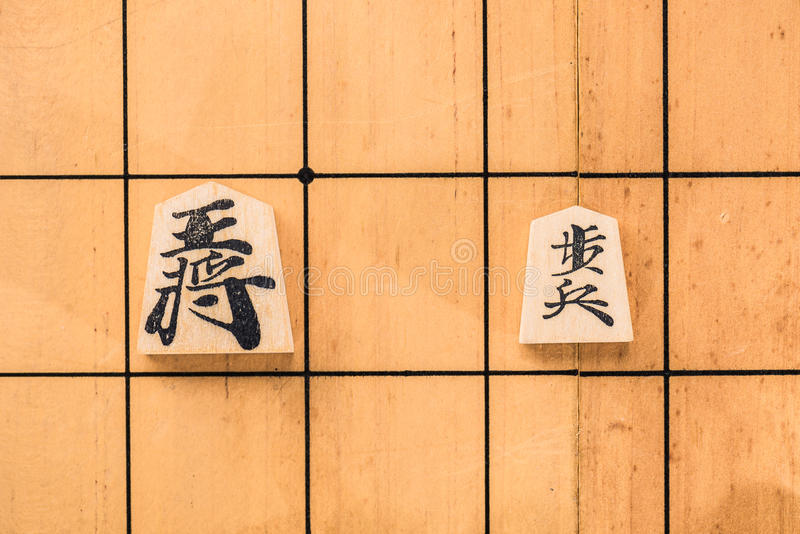 Japanisches Schachbrett und -stücke lizenzfreie stockfotografie