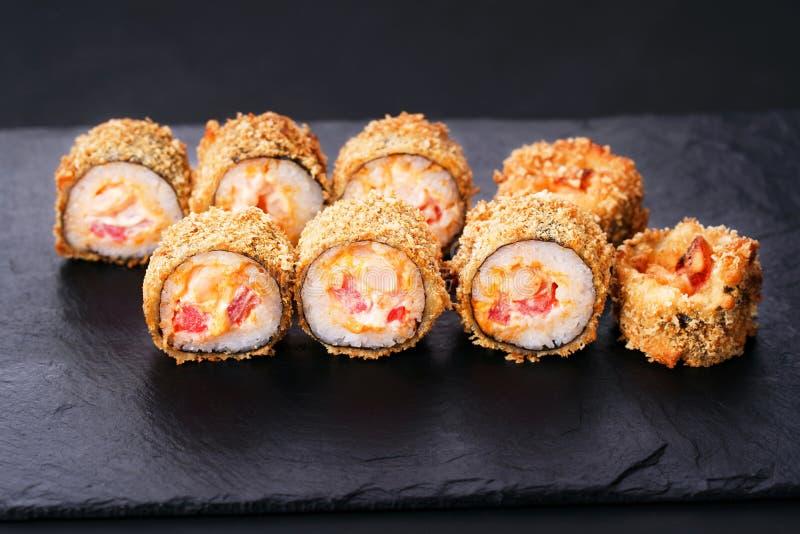 Japanisches Sushi Tempura maki würzige Lachsrolle lizenzfreie stockfotografie