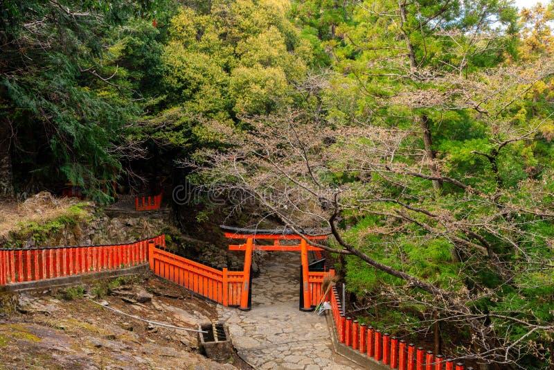 Japanisches Torii und Zaun stockbilder
