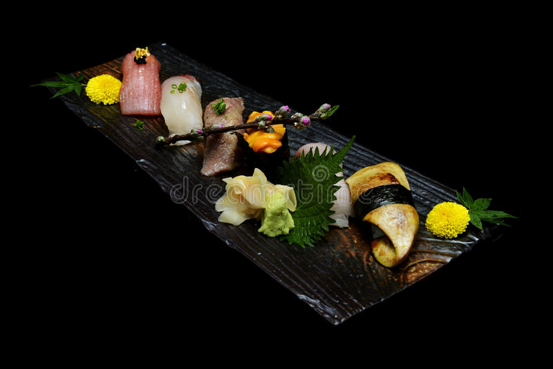Japanisches Traditionslebensmittel Exklusive erstklassige Sushi eingestellt auf hölzerne Platte lizenzfreie stockfotos