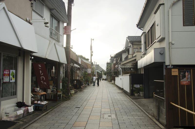Japanisches Volk, das auf Straße an der kleinen Gasse in Kawagoe oder in K geht stockfotos