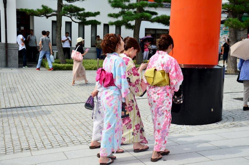 Japanisches volk tr gt traditionelle japanische kleidung for Traditionelle japanische architektur