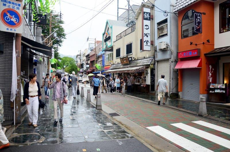 Japanisches Volk und Reisendausländer, der in kleines Gassenne geht lizenzfreies stockfoto