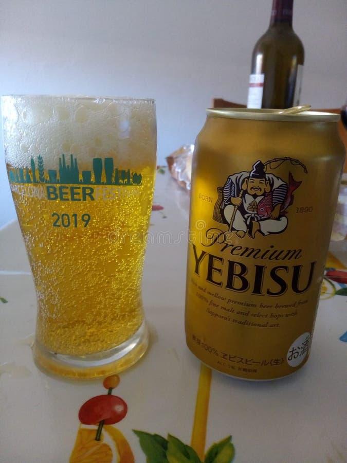 Japanisches Yebisu kann in der Tabelle stockfotografie
