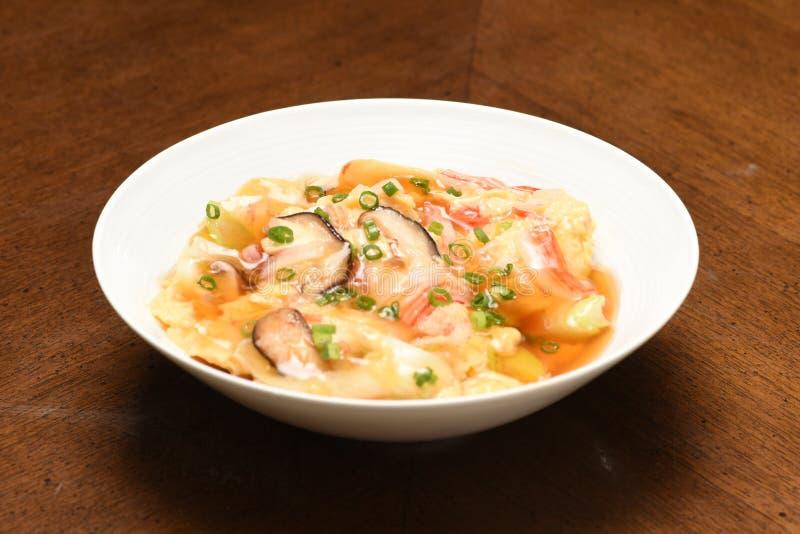 JapanKani soppa med champinjonen och kött på tabellen royaltyfri foto