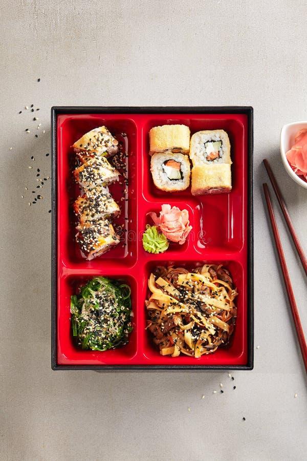 Japans Bento Box met Sushibroodjes, Salade en Hoofdgerechtbovenkant V stock foto's