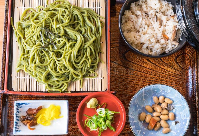 Japans Cha Soba (Groene thee Soba) in schotel royalty-vrije stock afbeelding