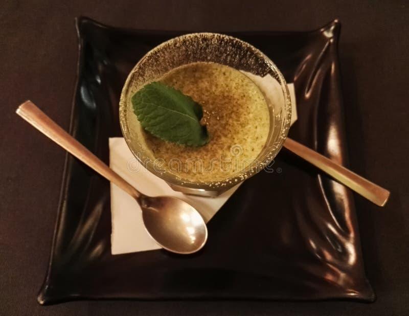 Japans dessert op een zwarte schotel stock foto