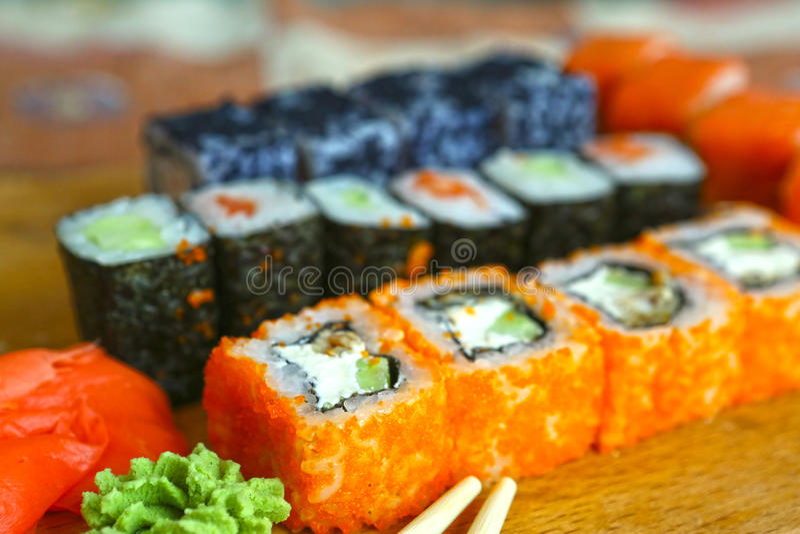 Japans die sushibroodje op houten keukenraad wordt geplaatst stock afbeeldingen