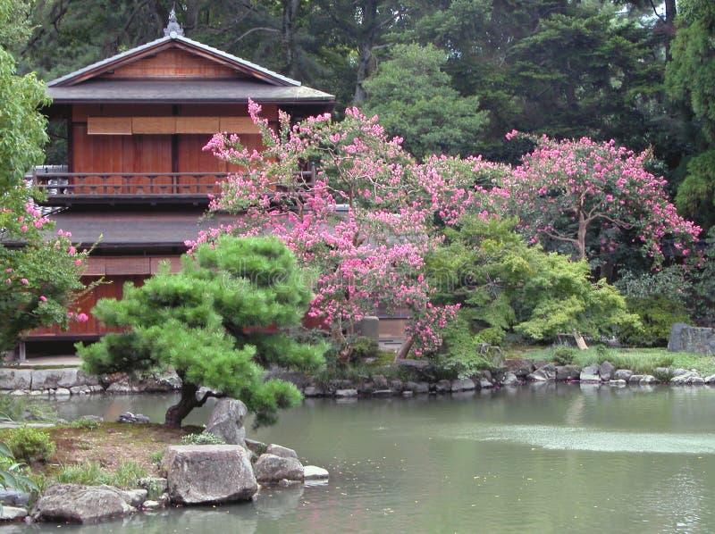 Japans huis en zijn tuin stock afbeelding