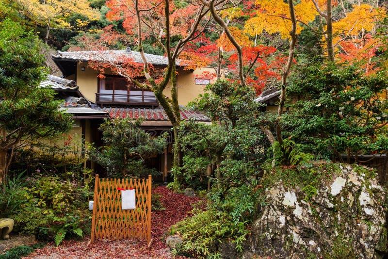 Japans Huis met de herfstblad stock fotografie