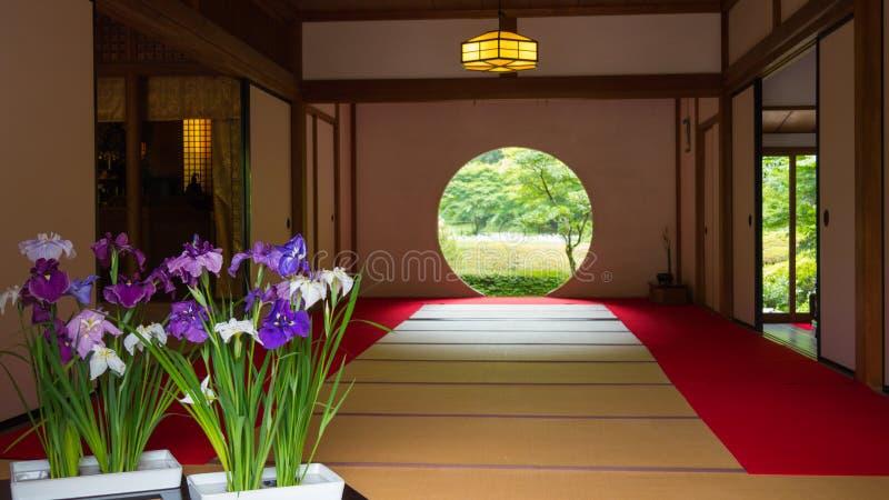 Japans huis met rond venster stock foto