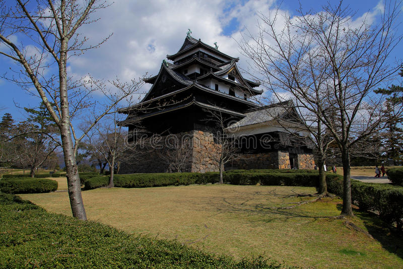 Japans kasteel bij tuin met hemelachtergrond stock afbeeldingen