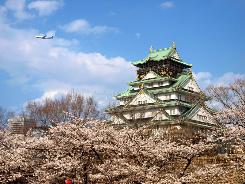 Japans kasteel met Sakura-bloesem royalty-vrije stock afbeelding