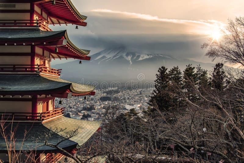 Japans landschap bij zonsondergang stock foto