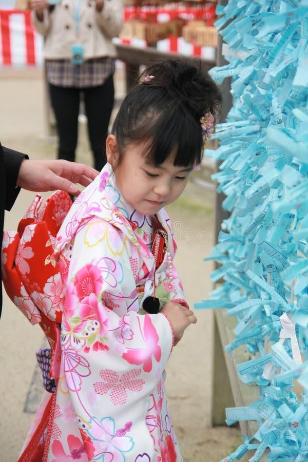 Japans meisje die in het traditionele kostuum in het Dazaifu-tenmanguheiligdom dragen stock afbeeldingen