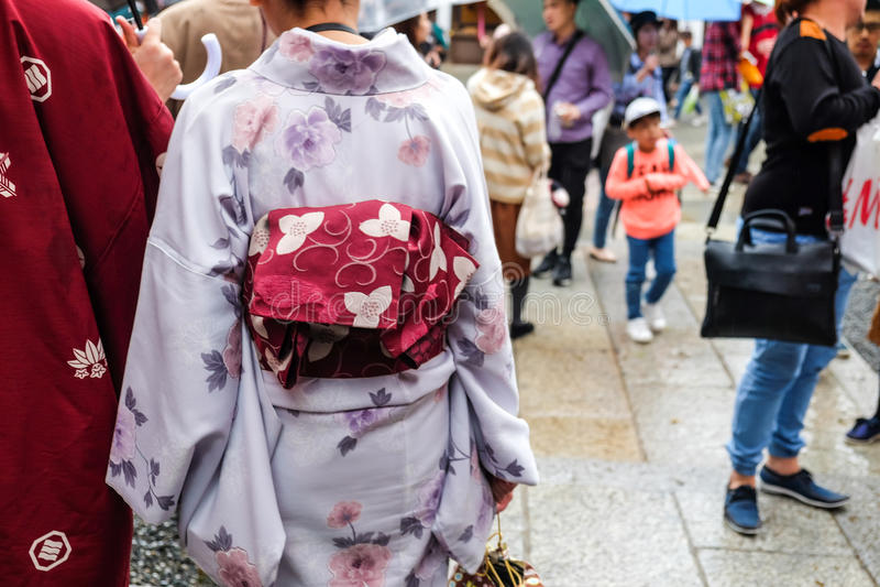 Japans Paar ` die s traditionele Kimonokleding binnen dragen in Fushimi stock afbeelding