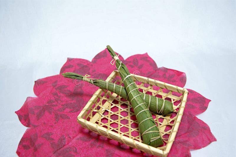 Japans traditionelle Feier: Reiskuchen eingewickelt in den Blättern des Bambusses am Tag der Kinder lizenzfreie stockfotos