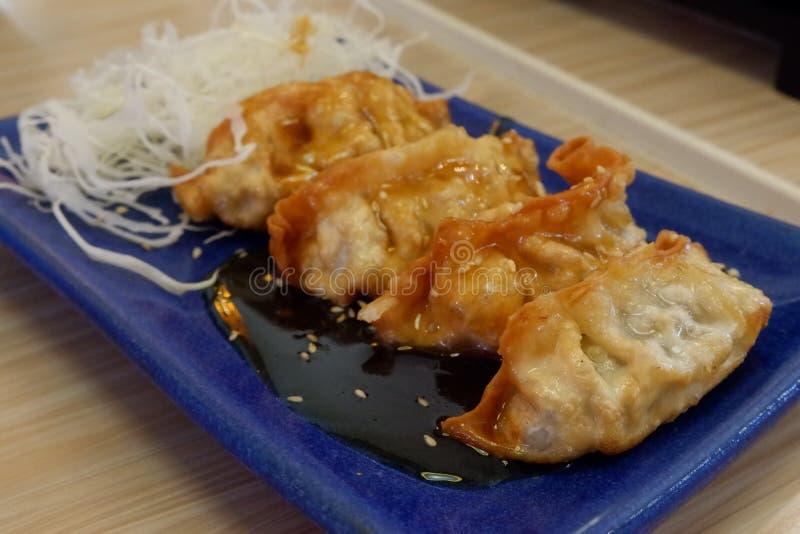 Japans voedsel, gebraden gyoza met saus royalty-vrije stock afbeeldingen