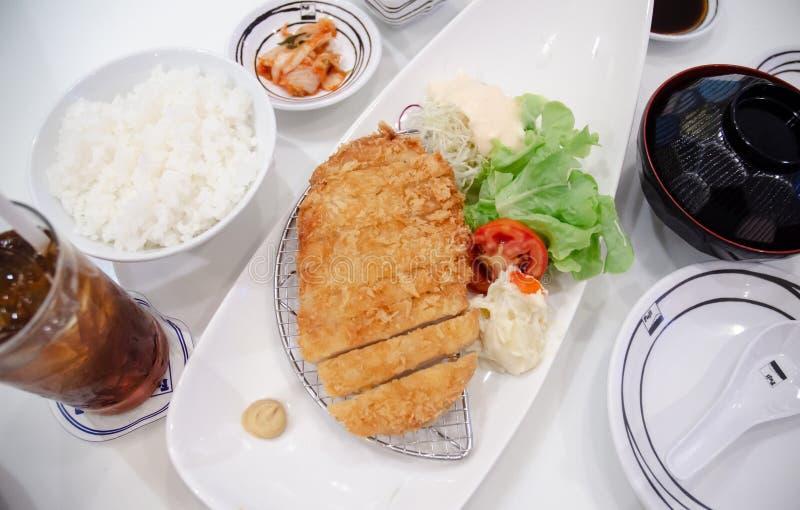 Japans voedsel op een witte plaat stock afbeelding