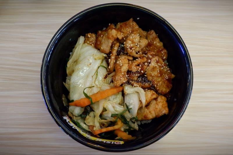Japans voedsel, rijst en varkensvlees met saus stock foto