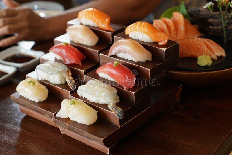 Japans voedsel - sushi, rijst op bovenkant met ruwe vissen stock foto's