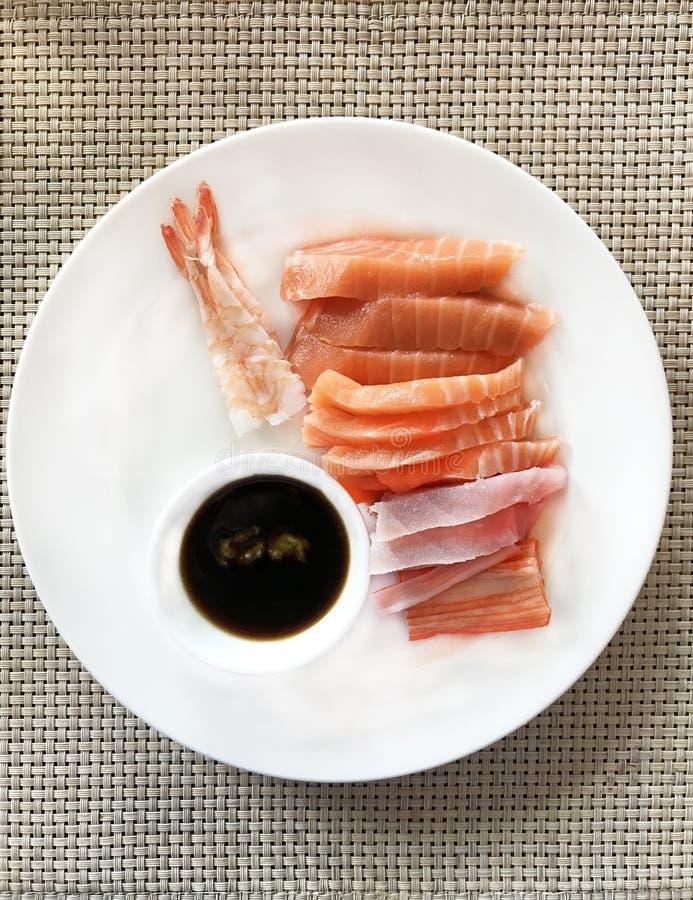 Japans Voedsel, zeevruchtensashimi: verse zoete garnalen, ruw gesneden zalm, tonijn en krabvlees met sojaboonsaus en groene mieri royalty-vrije stock foto's