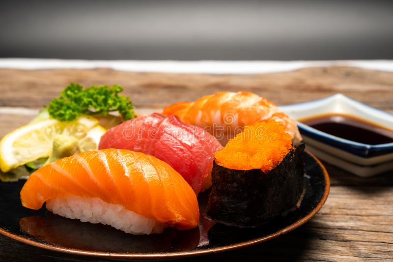 Japans voedselconcept Sushizalm & de garnalen van tonijnsushi royalty-vrije stock foto's