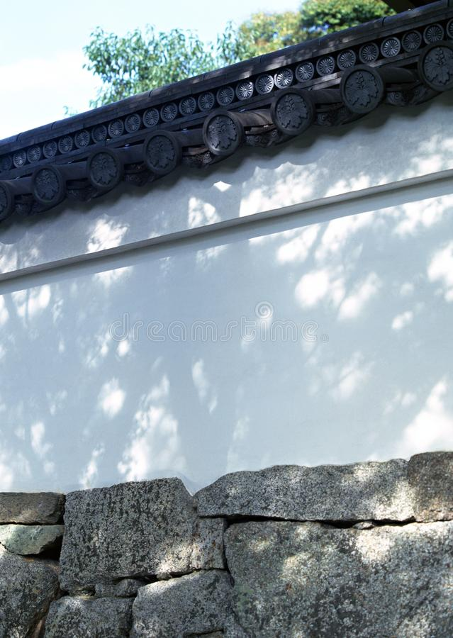 Japans zwart houten dakdetail met ingewikkelde ontwerpen stock foto