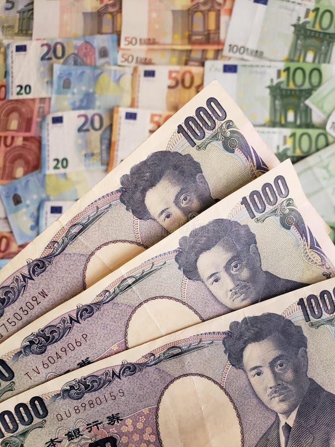 Japanse bankbiljetten en euro rekeningen stock foto