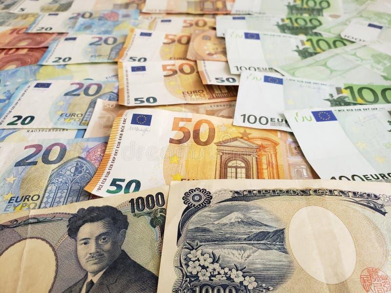 Japanse bankbiljetten en euro rekeningen stock foto's