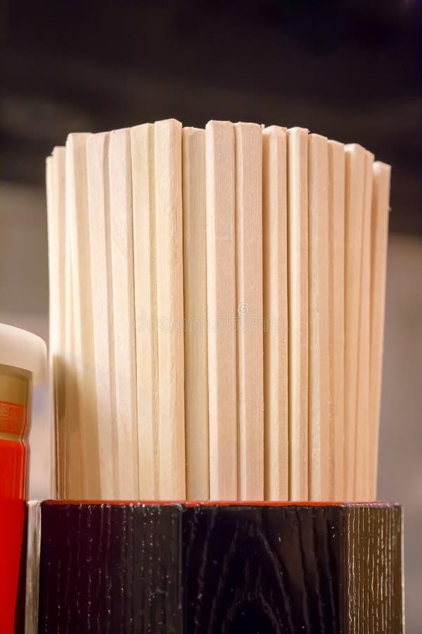 Japanse beschikbare bamboeeetstokjes stock foto's