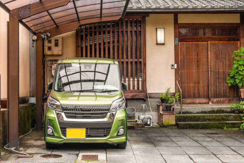 Japanse die Stijlingang aan het blokhuis met het type van keiauto binnen van van het wordt geparkeerd royalty-vrije stock fotografie