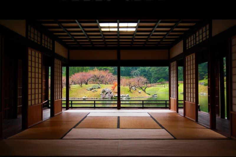 Japanse die tuin door tatamiruimte wordt gezien stock afbeeldingen