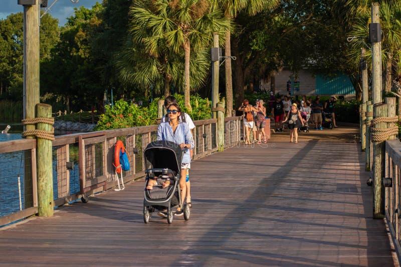 Japanse familie op de brug over de lagune van Seven Seas bij Seaworld 1 stock foto's