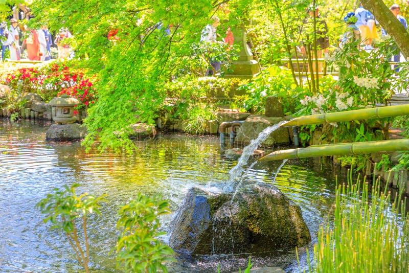 Japanse fontein en bamboegietlepels stock fotografie