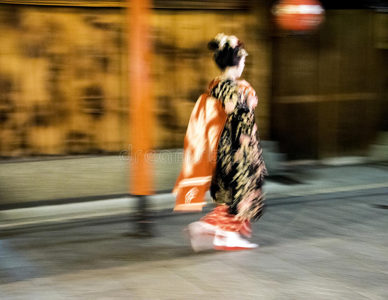 Japanse geisha snelle gang tijdens regenachtige nacht in Gion District in Kyotom Japan royalty-vrije stock foto's