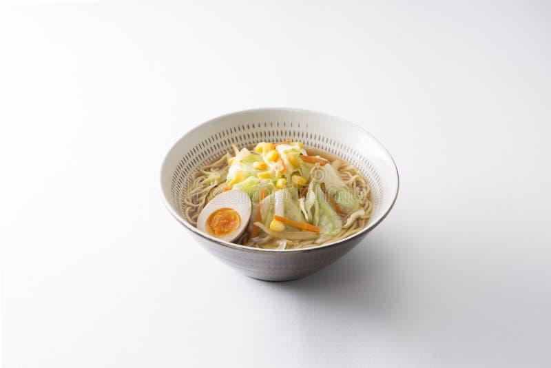 Japanse geroosterde Koishiwara ramen kom met ei, kool, noedel royalty-vrije stock afbeeldingen