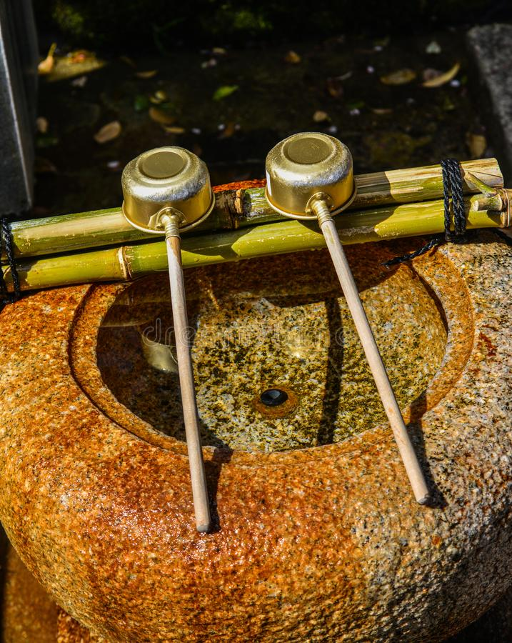 Japanse gietlepels bij Shinto-tempel stock foto