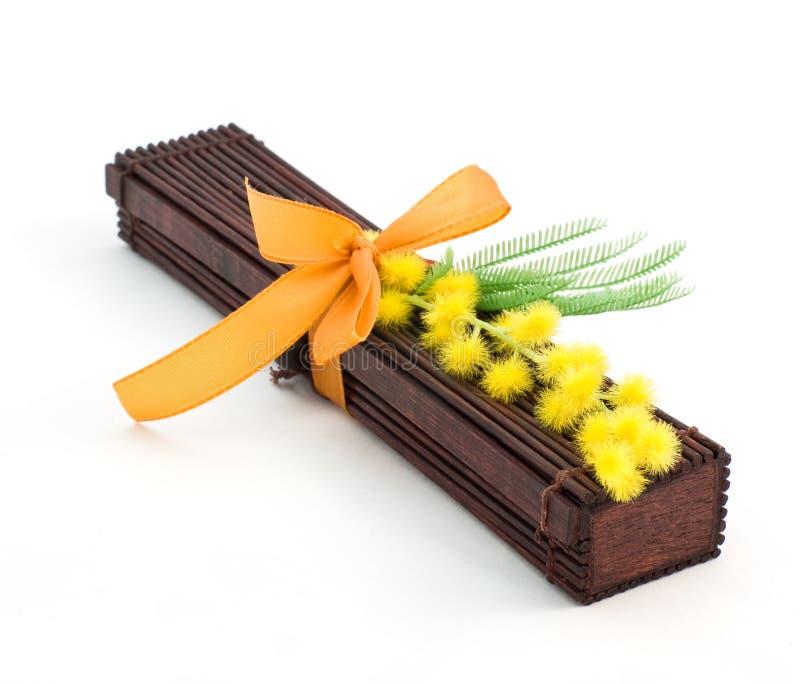 Japanse gift met mimosa's royalty-vrije stock foto's
