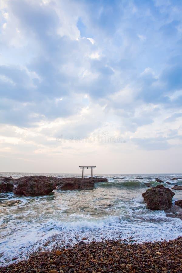Japanse heiligdompoort en overzees stock afbeeldingen