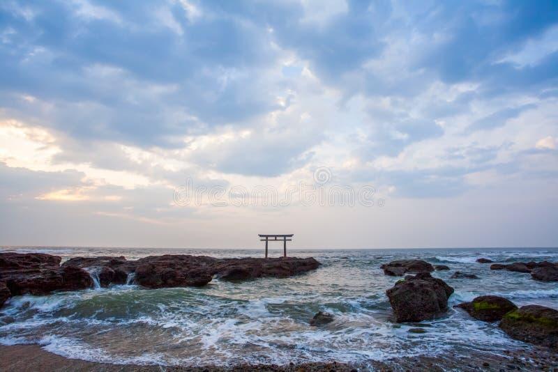 Japanse heiligdompoort en overzees royalty-vrije stock fotografie