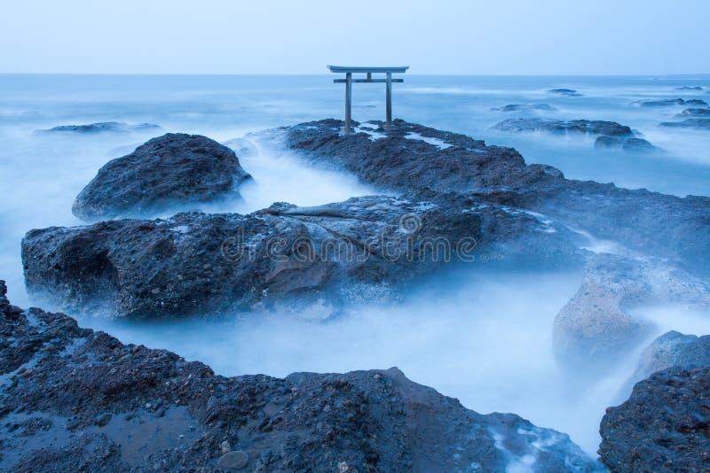 Japanse heiligdompoort en overzees bij Oarai-stad stock fotografie