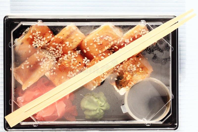 Japanse het voedselbroodjes van de leveringsdienst in plastic doos royalty-vrije stock afbeeldingen