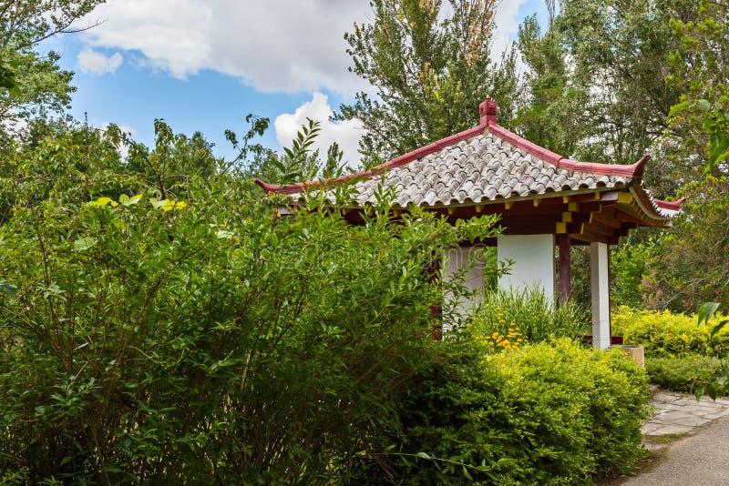 Japanse houten gazebo in een park royalty-vrije stock fotografie