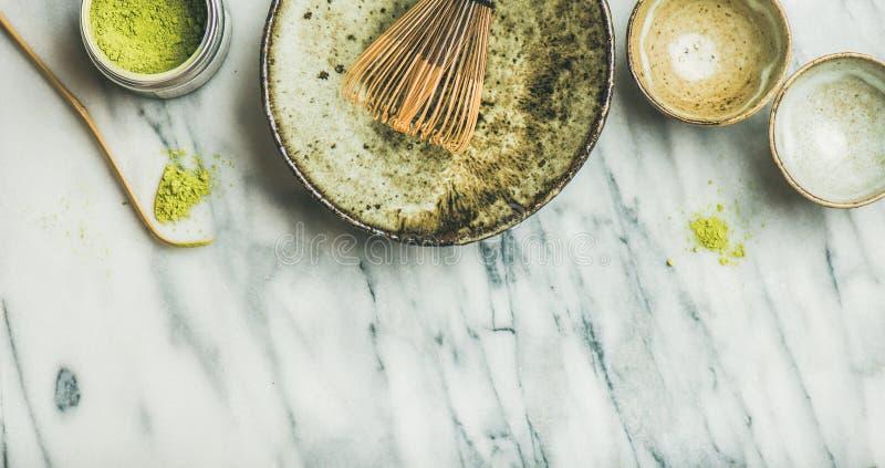 Japanse hulpmiddelen en kommen voor het brouwen van matcha groene thee stock foto