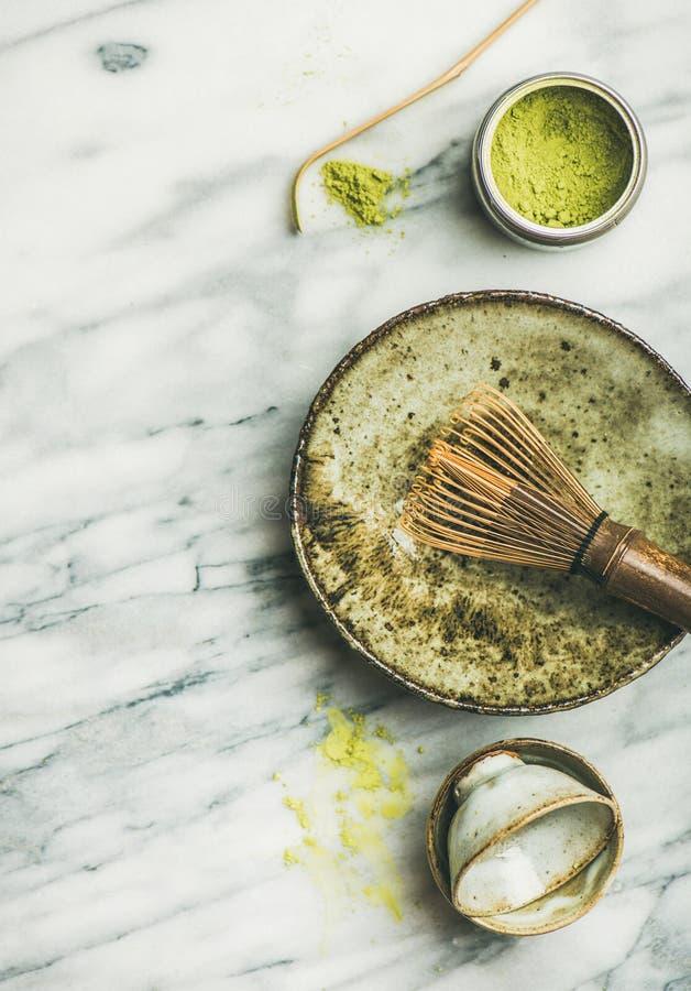 Japanse hulpmiddelen en koppen voor het brouwen van matcha groene thee stock foto's